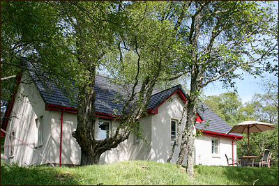 Red Deer Cottage exterior - self catering accommodation Loch Ness for 4 persons